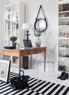 Begagnat skrivbord, stol Louis Ghost av Philippe Starck. Spegel av Jacques Adnet från Gubi. Vas och lampa Tine K. Billybokhyllor och handvà #interior #design #decor #deco #decoration