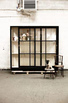 Svart skåp skjutdörrar glas | Artilleriet | Inredning Göteborg #vintage #cabinet
