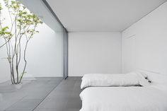 Minimalist House by Shinichi Ogawa & Associates. Photo by Jonathan Savoie. #shinichiogawaandassociates #jonathansavoie #bedroom #minimal
