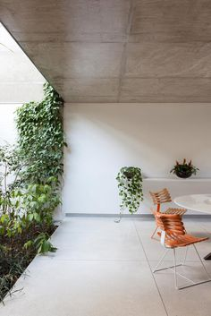 #Recreation area adjacent to the #garden. #CasaJardins by #CR2Arquitetura. Photo by #FranParente. #patio #concreteceiling #granitefloor #til