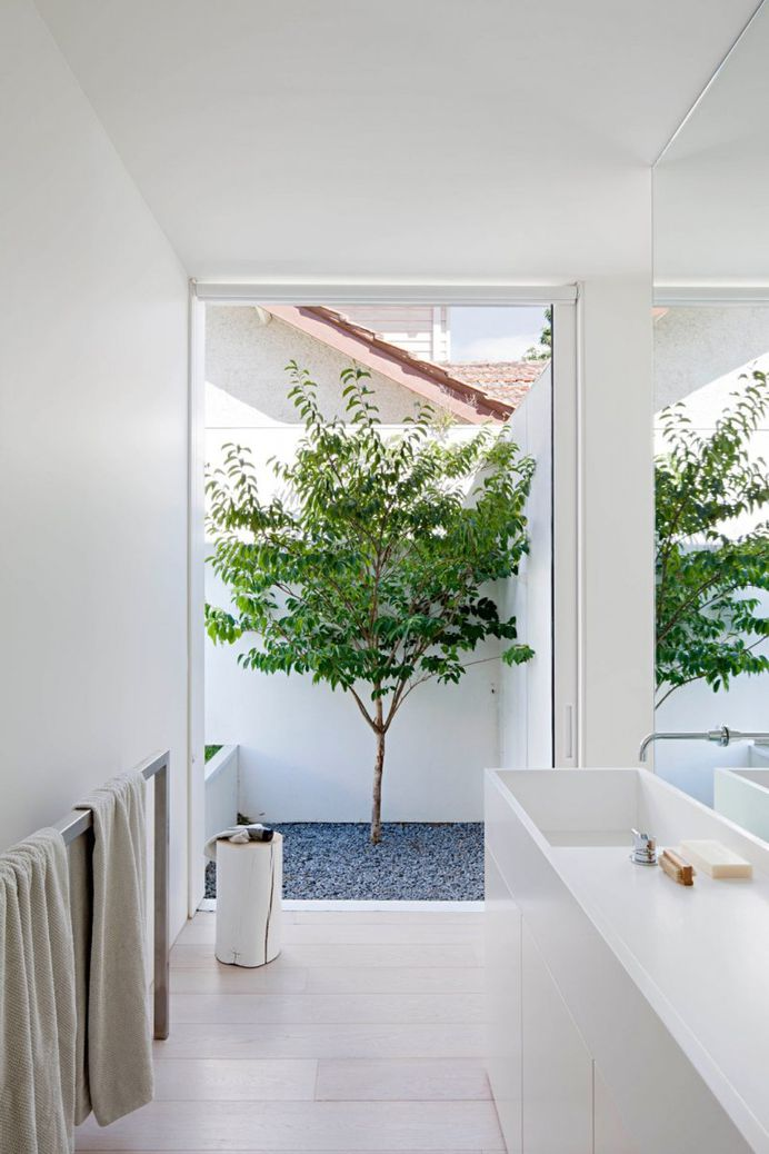 Bathroom open to garden. Bourne Road Residence by studiofour. © Shannon McGrath. #bathroom