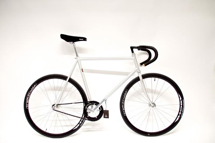 bisikleta: Silver Wraith Track Bike by Bravo Cycles (by Felipe Hefler) #bike #bicycle #wraith #silver #fixed wheel