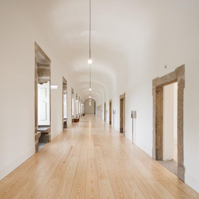 #Arch #hallway with #plankfloor. #AbadePedrosaMuseum by #AlvaroSizaVieira and #EduardoSoutoDeMoura. Photo by #JoaoMorgado.