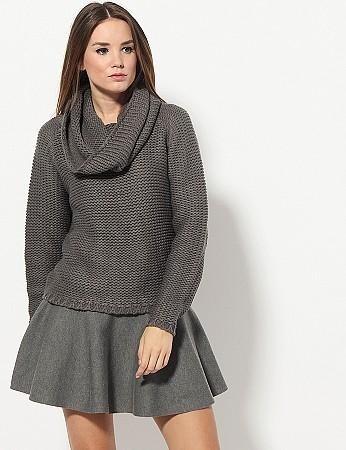 Ciekawy sweter fajnie komponuje się ze spódnicą. Ta stylizacja pochodzi od Diverse