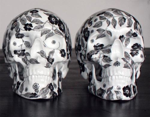 """Fleurs Noires"" do artista francês NooN. #skull #porcelain #caveira"