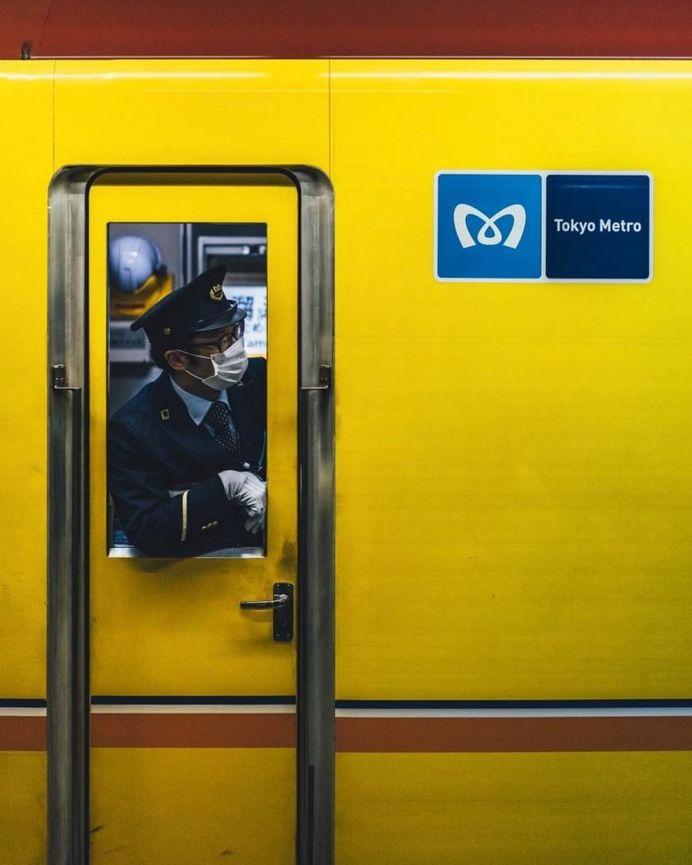 Yusuke Komatsu Capture Everyday Life on The Streets of Tokyo
