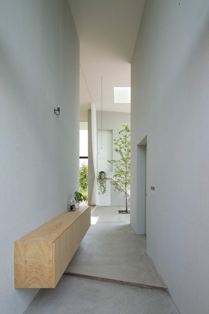 #Highceiling #hallway. #HouseInOhno by #AirhouseDesignOffice. Photo by #ToshiyukiYano. #concretefloor #contemporary