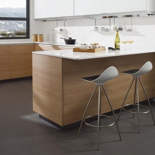 STUA Cocina de diseño minimalista con taburete #design #santos #stool #kitchen #stua