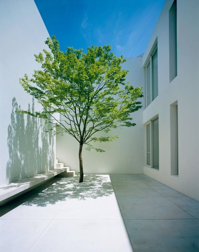 Double-height courtyard. Tetsuka House by John Pawson. © Hisao Suzuki. #patio #courtyard