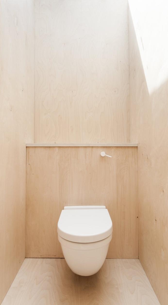 Plywood House by Simon Astridge. #plywood #simonastridge #minimal #toilet