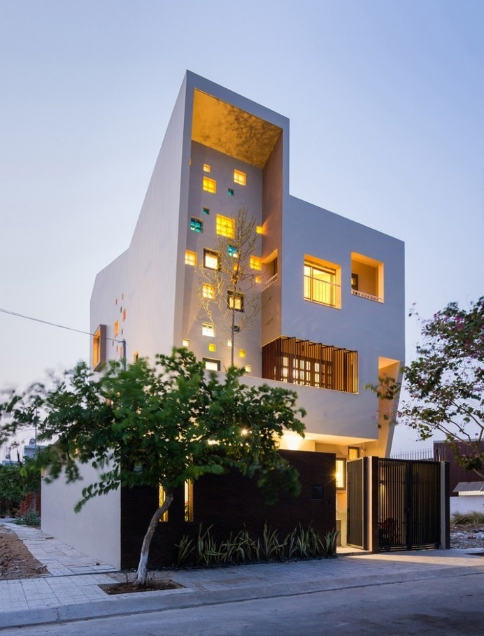 2H House: a luminous residence that encourages communication #grand #windows #scultpure