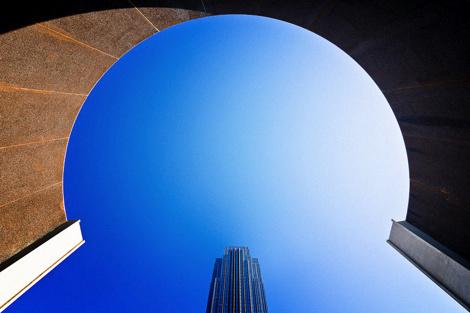 Фотограф Jared Lim #sky #skyscraper #building #symmetry #blue