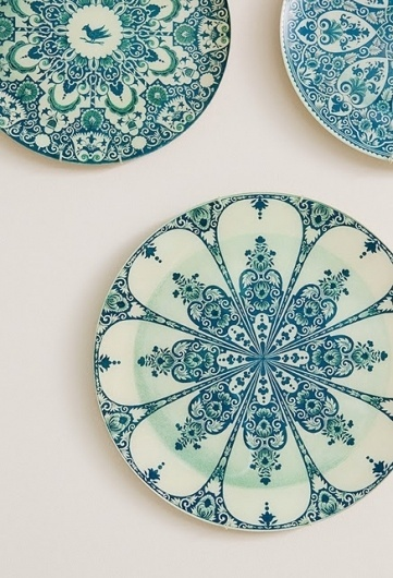 jenny+wolfe+interiors+cococozy++wall+decor+decorateve+plates.jpg (JPEG Image, 437x640 pixels) #interior #pattern #plates