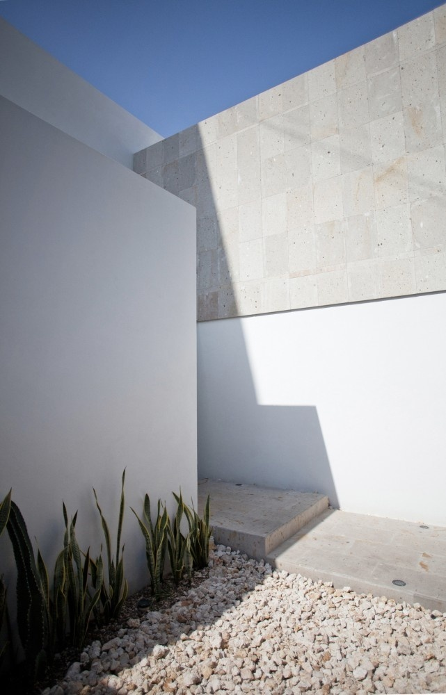 White Corner Courtyard Uplifting Urban House in Cancún Displaying a Contemporary Elegant Style #architecture