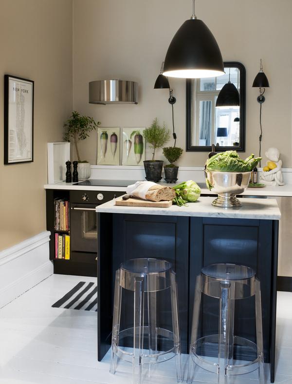 I köket skåp, spis och fläkt från Ikea, luckorna heter Ramsjö. Skivan på köksön är av cararramarmor. Barstolarn Charles Ghost, Kart