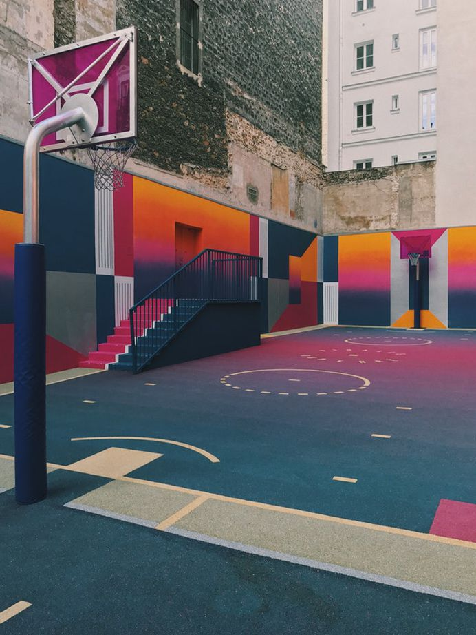 Urban basketball court with colorful graffiti on walls and floor, Сен Жорж, Париж, Иль-де-Франс, Франция