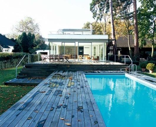 Pool vor verglastem Erdgeschoss - Spektakuläre Pools 20 - [SCHÖNER WOHNEN] #pool #swimming #architecture