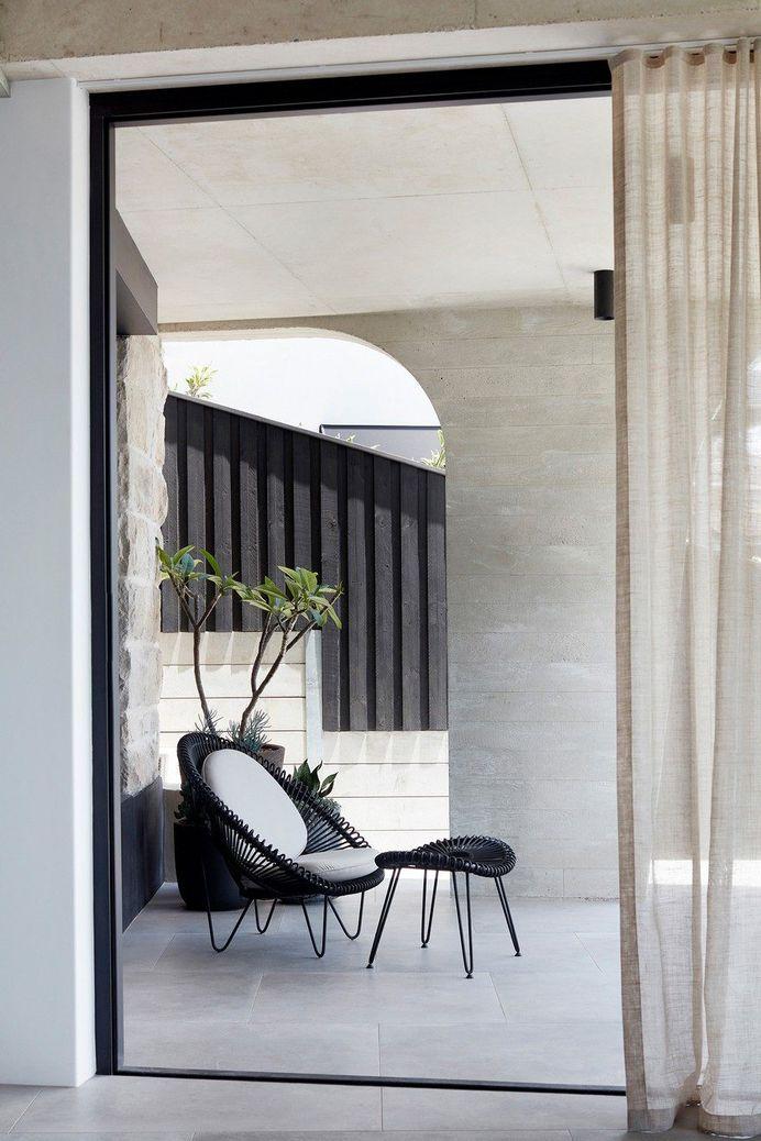Tama's Tee House: A Coastal Concrete Unipod by Luigi Rosselli 3