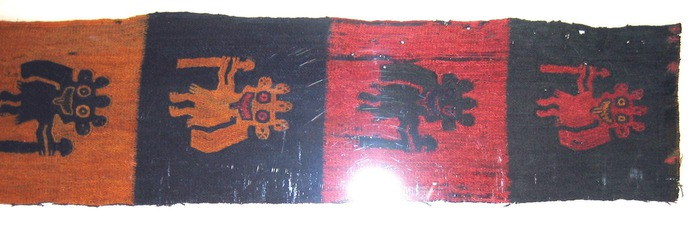 1920px-Border_fragment,_figures_with_staves_MET_33.149.43.jpg (1920×628)