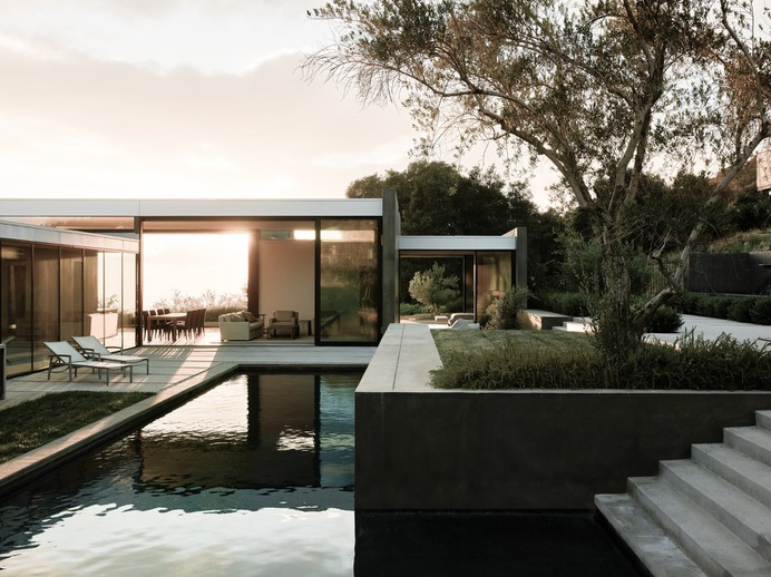 A Glass-and-Stucco Retreat Outside Los Angeles Stands Up to the Sun