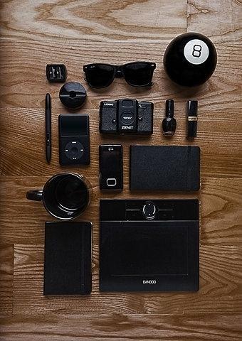 Things Organized Neatly #glasses #make #phone #ipod #wacom #camera #black #wood #up #moleskine #cup