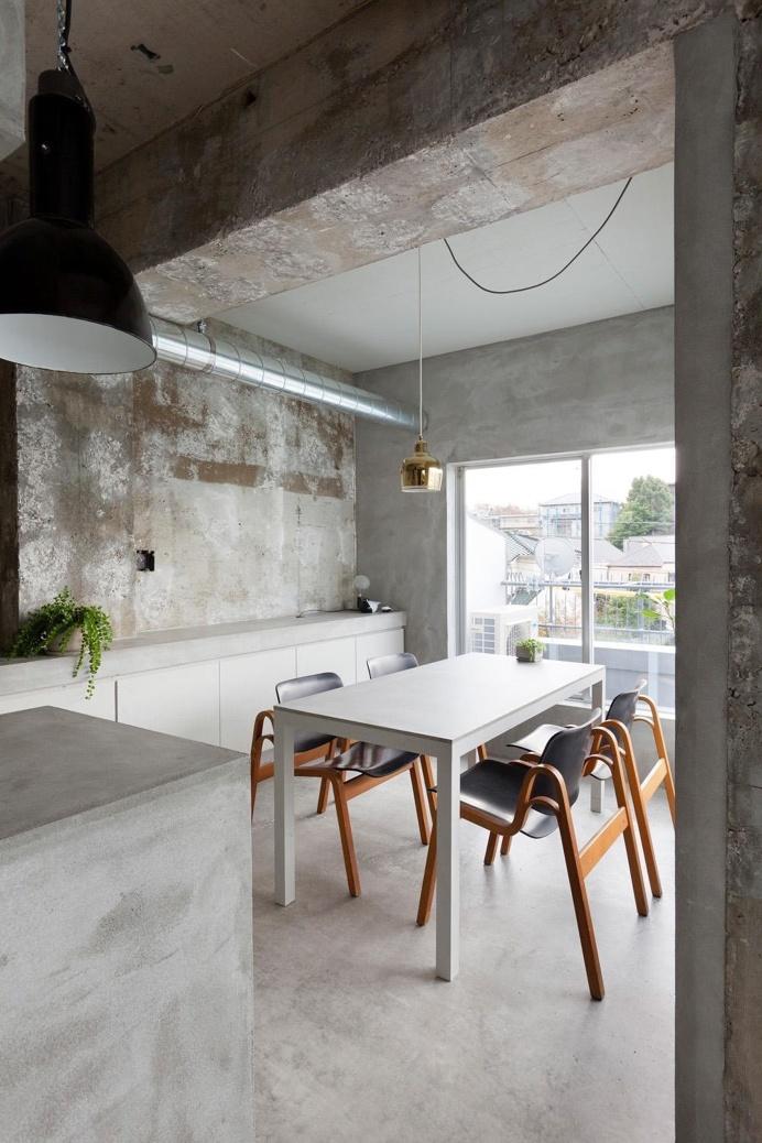 #Concrete #dinette. #RenovationInJiyugaoka by #AirhouseDesignOffice. Photo by #ToshiyukiYano. #diningroom #industrial