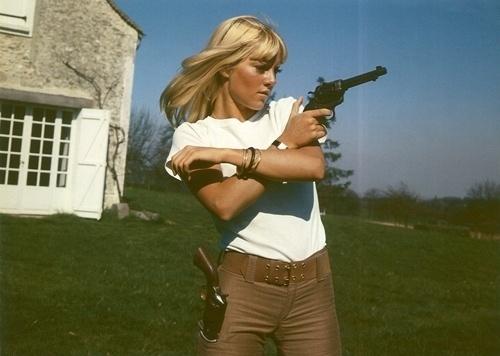 tumblr_lc7jyfNbe21qd6hzlo1_500.jpg (500×356) #gun #girl