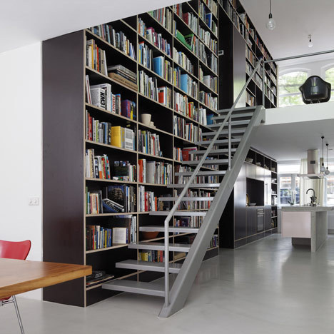 Bookshelf staircase in interior - Modelos de escaleras interiores ...