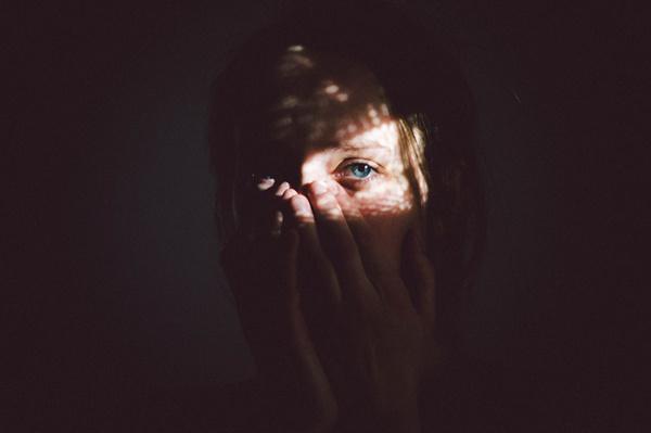 Sundark Martin Ilgner #woman #girl #illumination #eye #photography #glow #hands #face #light #shadow