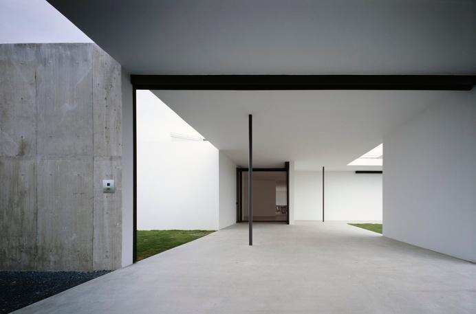 Open #hallway in between #courtyards. #PhotographersWeekendHouse by #GeneralDesign. Photo by #DaiciAno. #hallway #courtyard #concretefloor #