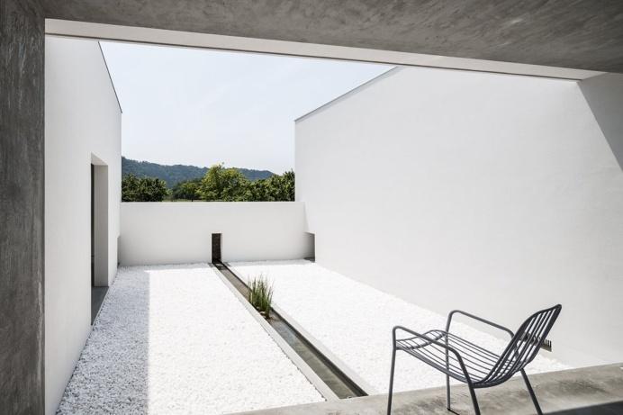 Courtyard with basin. Courtyard House by FORM / Kouichi Kimura Architects. © Yoshihiro Asada. #patio #courtyard