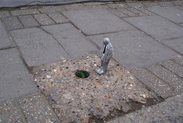 cement miniature sculptures artist isaac cordal 2 #photography #cement #sculpture #art