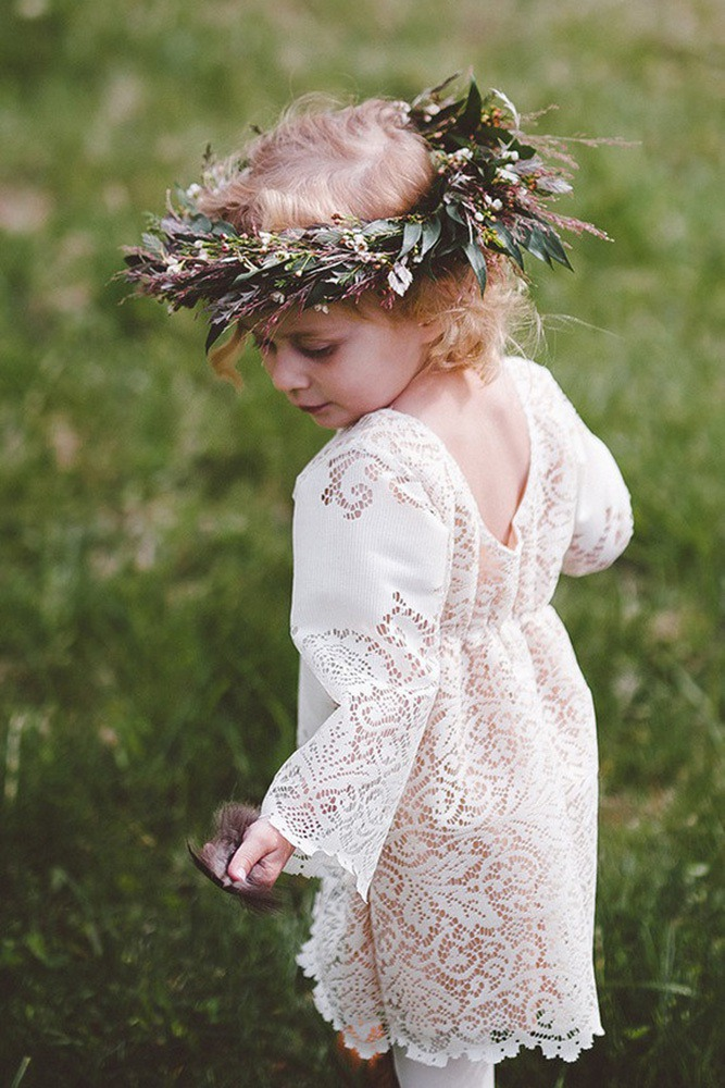 We have prepared a selection of vintage flower girl dresses. Here you find charming and cute flower girl outfits for a styled wedding.