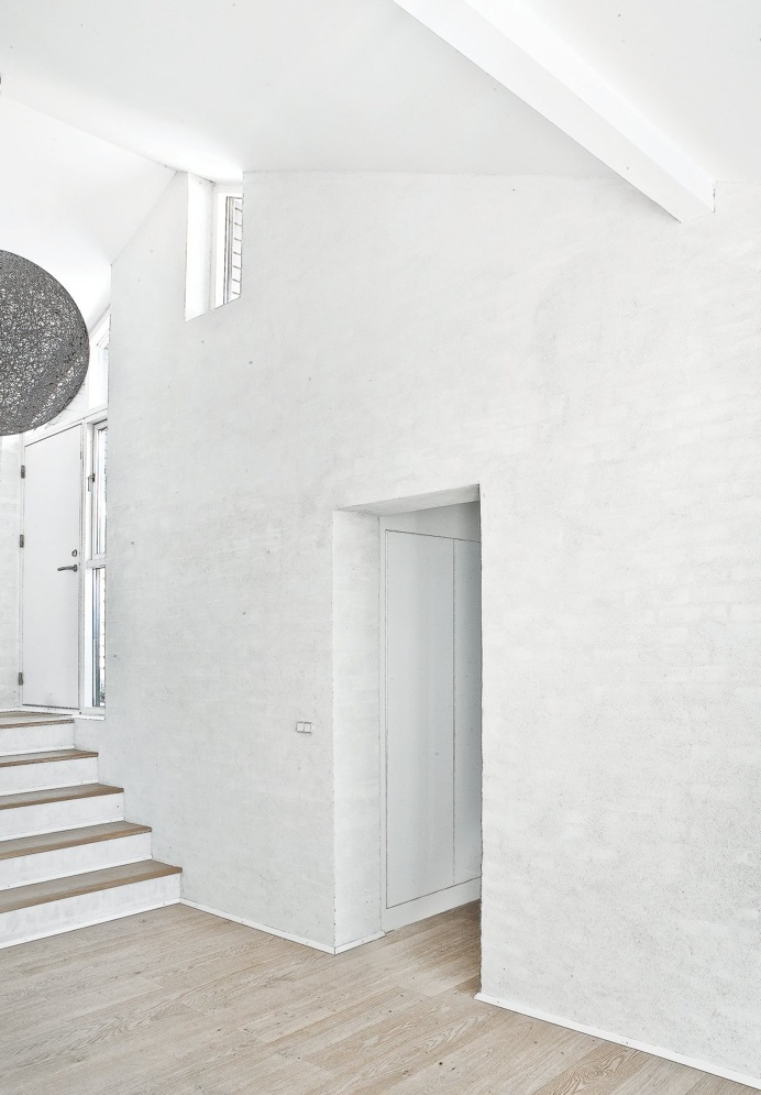 Entryway and hallway. Fredensborg House by Norm.Architects. #entryway #hallway #normarchitects #minimalism