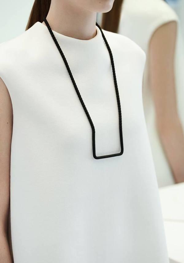 cos nouvelle collection 1 bijoux collier structuré noir #white #simplicity #minimalism #jewelry #fashion
