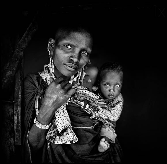30 Inspiring Examples of Black and White Photography #family #white #child #black #care #photography #embrace #and #mother #beauty