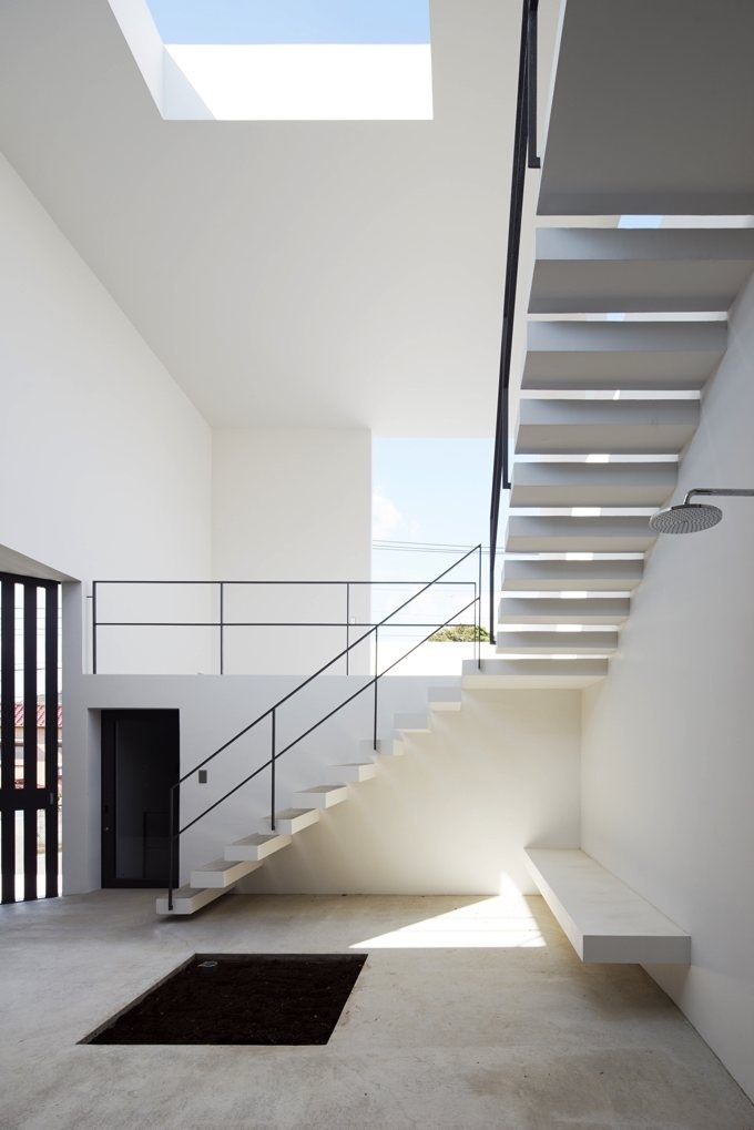 Interior #courtyard with #stairway. #HouseInHayama by #GeneralDesign. Photo by #DaiciAno. #skylight