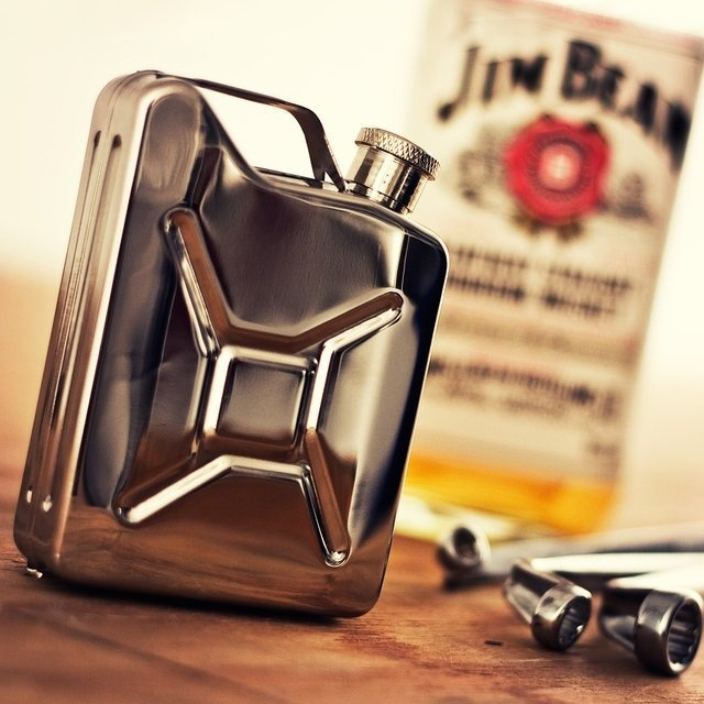 Flaunt the look of a classic GI can on your everyday flask with this charmingly designed Jerry Can Stainless Steel Hip Flask. #tech #flow #gadget #gift #ideas #cool