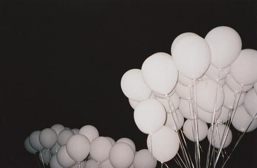 tumblr_lf3jtlPlW61qcve1zo1_500.jpg 500×328 pixels #ballons #white #black #and