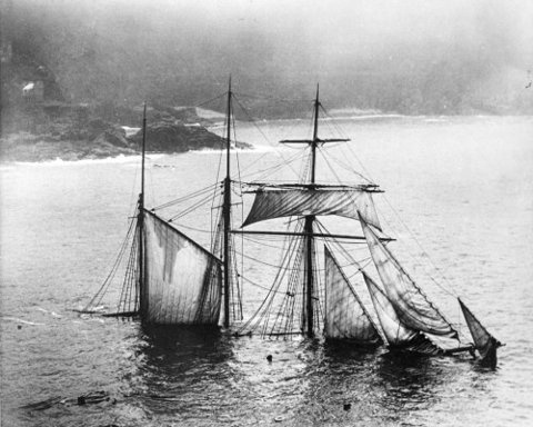 FFFFOUND! | spaceghetto #ships #white #sinking #black #ship #and #sunken #pirate