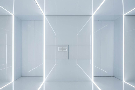 Glass office with mirrored walls for Soho China by AIM Architecture #office #space #work