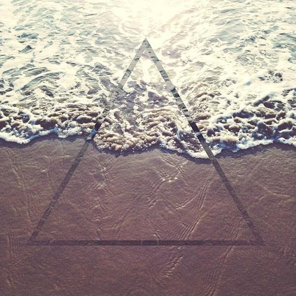 eb5402947bc811e394de12247874e2c6_8.jpg (640×640) #ocean #sun #triangle #beach #chromanaut