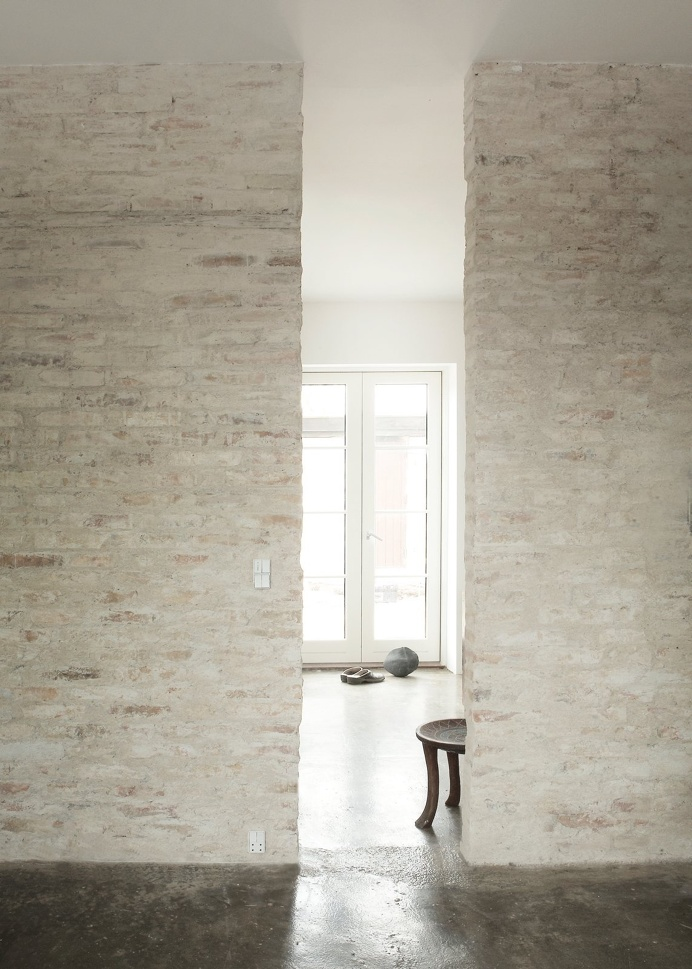 Rustic #brickwalls and #concretefloor. #HumlebaekHouse by #NormArchitects. Photo by #JonasBjerrePoulsen.