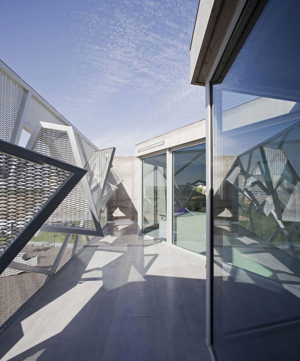 CJWHO ™ (Metal Mesh House with Enclosure Offering...) #clever #design #architecture #construction