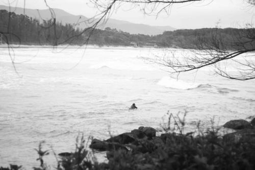 tumblr_lt9xocdAJb1qgdw4uo1_500.jpg (imagem JPEG, 500×333 pixels) #surfer #beach #water #rocks #sea #alone #brazil