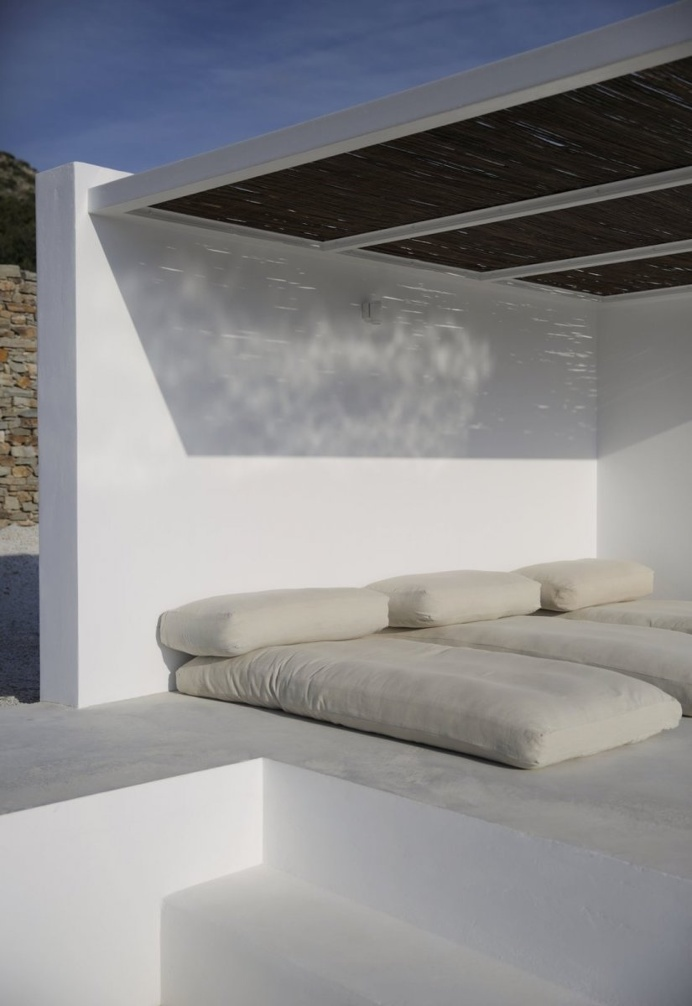 Outdoor lounge area. Maison Kamari by React Architects. © Damien De Medeiros. #pergola #bambooroof #patio