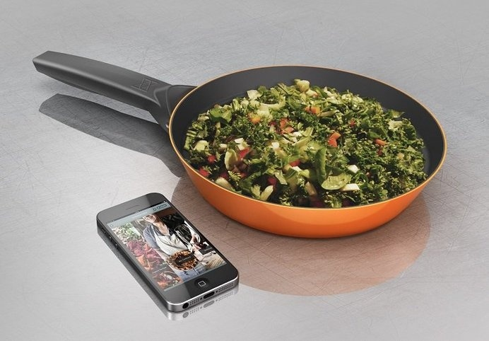 This smart pan will help you cook with precision, and perhaps learn a new recipe or two while you're at it! #cooking #modern #design #home #product #kitchen #industrial #style
