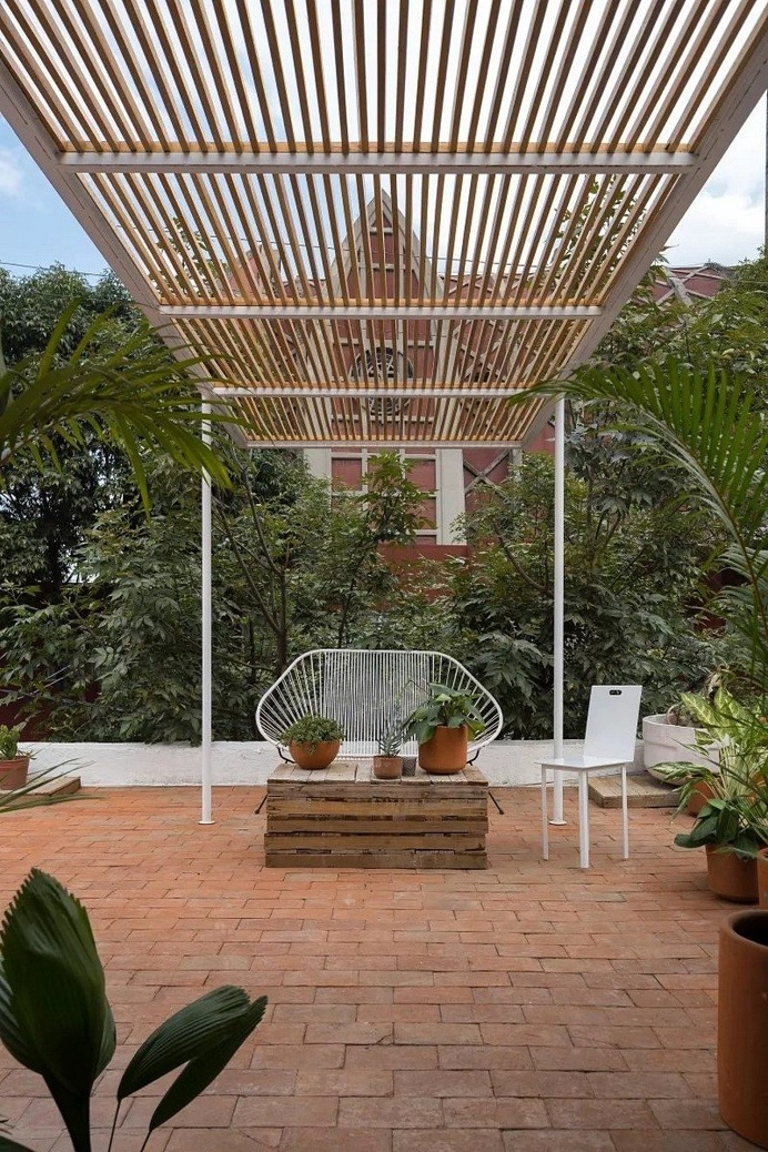Small Studio Apartment Designed by the Mexican Studio Palma on the Roof of a House 9