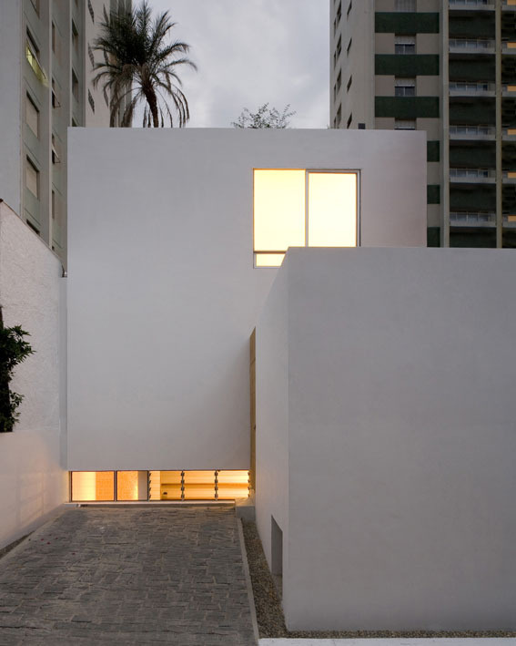 Cube house / AR Arquitetos #courtyards #void #solid #architecture #houses