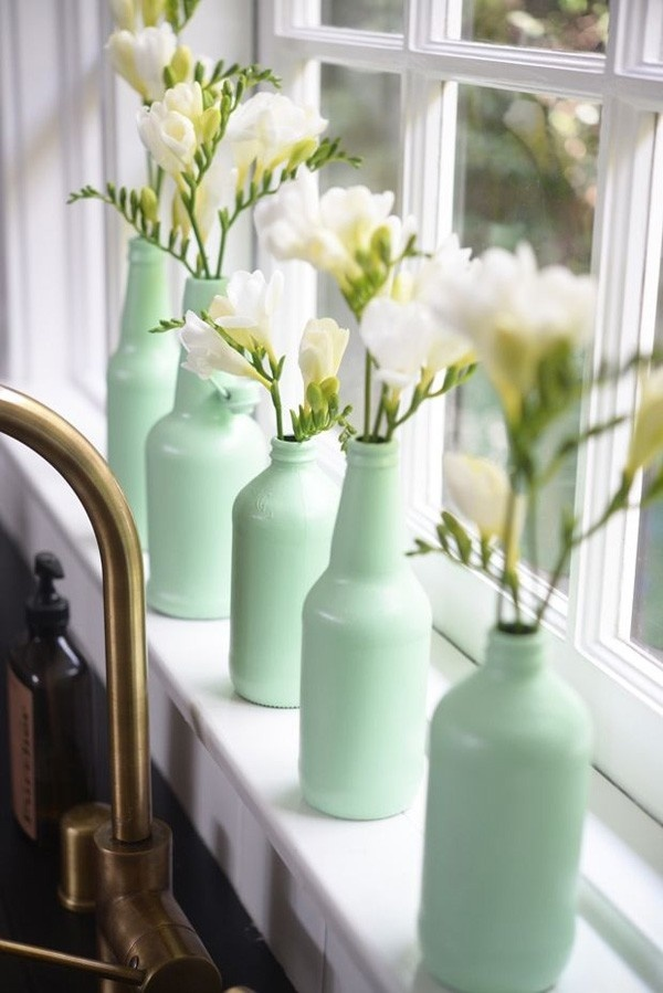 Take glasses of different sizes and paint them in a light-green pastel color, or any other nuance of your choice. Place the same kind of flo